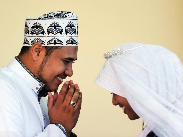 В Азии мусульманки создали 'Клуб покорных жен' и учат правильно з