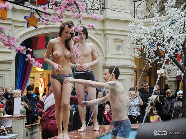 Искупались голышом в фонтане в поддержку журналистов, занимающихся проститу