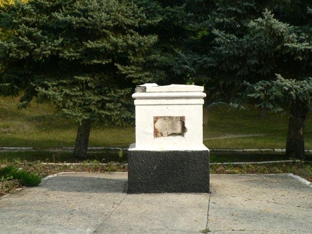 Интересно также, что рядом с этим памятником установлен бюст дважды Героя С